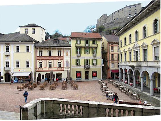 Bellinzona Piazza Collegiata où se trouve le marché